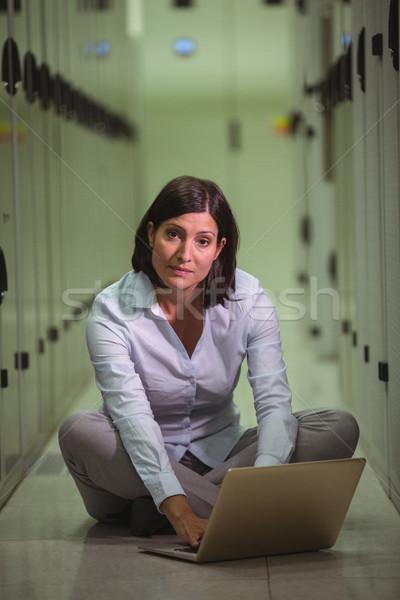Portrait technicien étage utilisant un ordinateur portable serveur chambre Photo stock © wavebreak_media