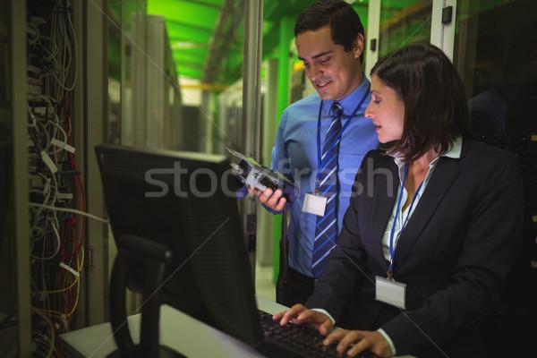 Digitale kabel werken personal computer server kamer Stockfoto © wavebreak_media
