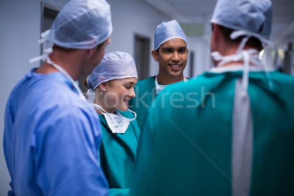 Cirujanos debate corredor hospital mujer reunión Foto stock © wavebreak_media