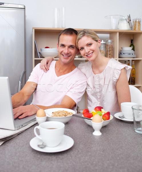привязчивый пару используя ноутбук завтрак кухне счастливым Сток-фото © wavebreak_media
