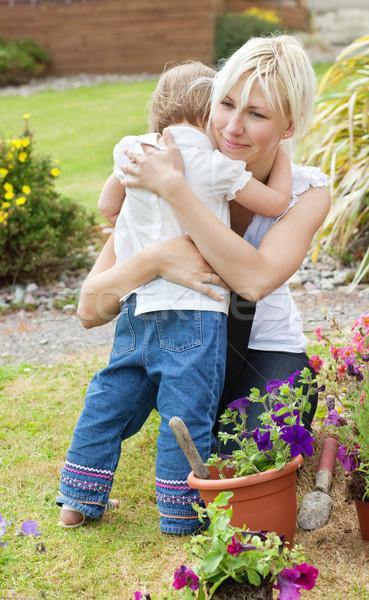 Foto stock: Little · girl · mãe · jardim · família · menina