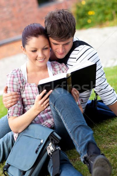 Komoly pár diákok olvas könyv ül Stock fotó © wavebreak_media