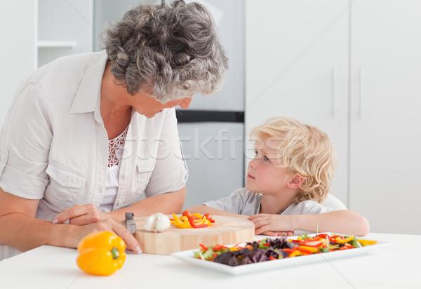 Weinig jongen naar grootmoeder koken home Stockfoto © wavebreak_media