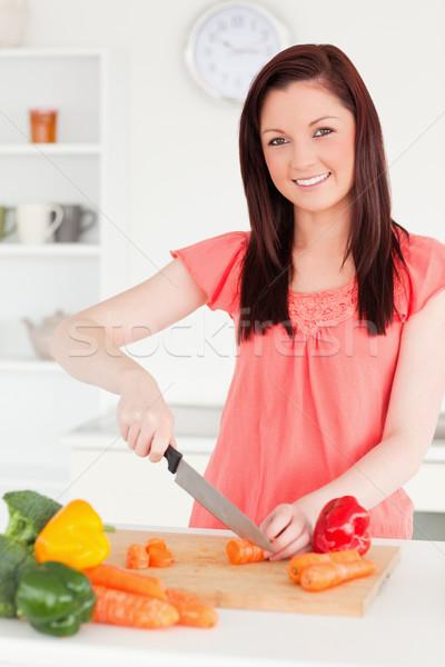 Hermosa mujer zanahorias cocina frutas Foto stock © wavebreak_media