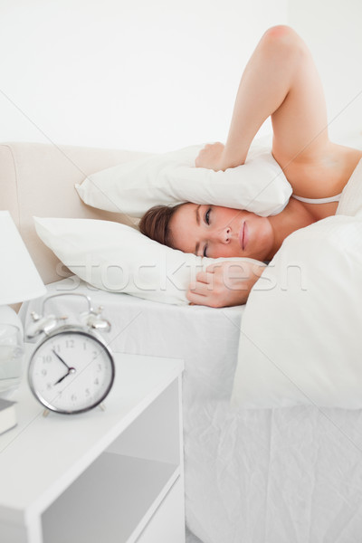Di bell'aspetto bruna donna clock letto sorriso Foto d'archivio © wavebreak_media