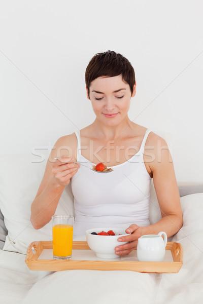 Prachtig vrouw eten granen slaapkamer meisje Stockfoto © wavebreak_media
