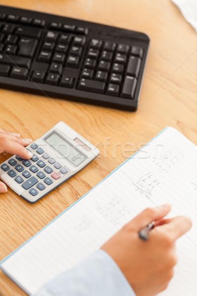 Nőies kezek ír eredmények számológép papír Stock fotó © wavebreak_media