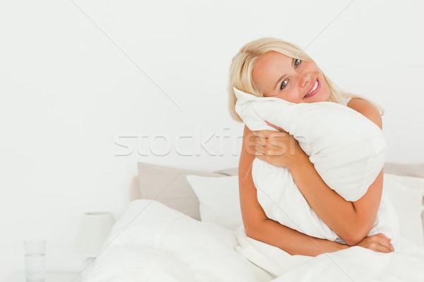 Nő tart párna ül ágy ház Stock fotó © wavebreak_media