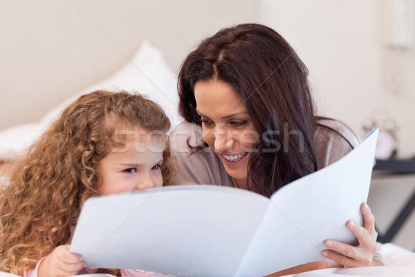 Fiatal anya lánygyermek olvas könyv együtt Stock fotó © wavebreak_media