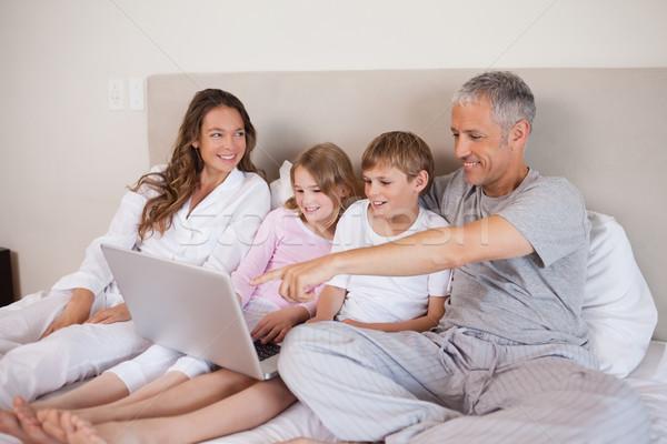 Сток-фото: семьи · ноутбук · спальня · улыбка · домой · ноутбука