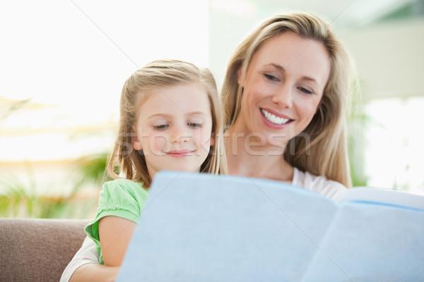 Moeder dochter lezing magazine samen bank Stockfoto © wavebreak_media