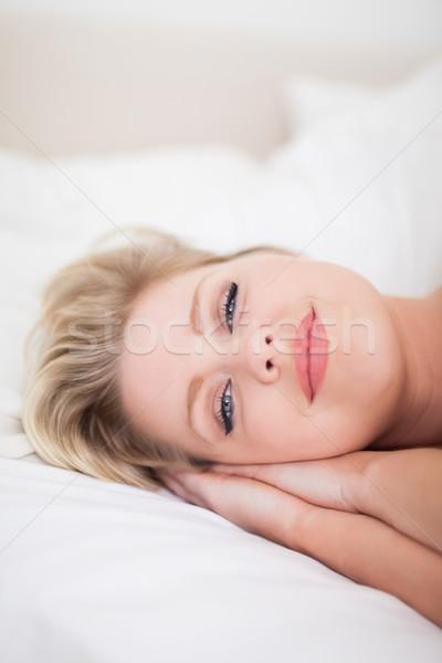 Mulher jovem sorridente cama feminino adormecido bastante Foto stock © wavebreak_media