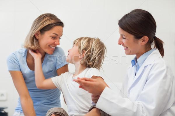 Gyermek anya mosolyog vizsgálat szoba nő Stock fotó © wavebreak_media