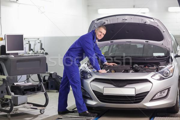 Szerelő dől autó gép garázs mosoly Stock fotó © wavebreak_media