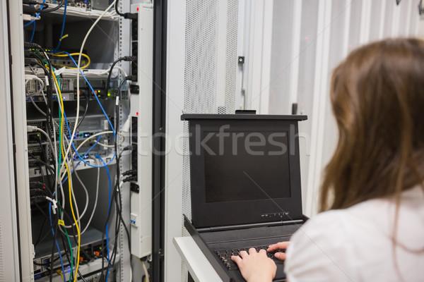 Mujer datos servidor centro de datos construcción trabajo Foto stock © wavebreak_media
