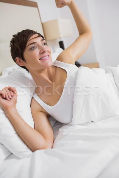 Vrouw omhoog hotelkamer bed lamp vrouwelijke Stockfoto © wavebreak_media