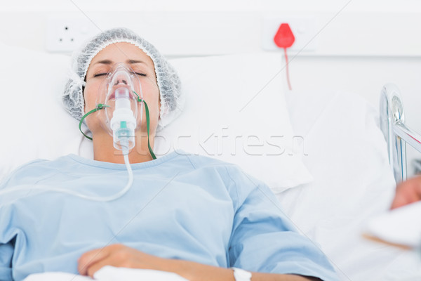 Vrouwelijke patiënt kunstmatig ventilatie jonge ziekenhuis Stockfoto © wavebreak_media