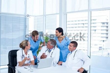Foto stock: Concentrado · médico · equipe · usando · laptop · juntos · escritório