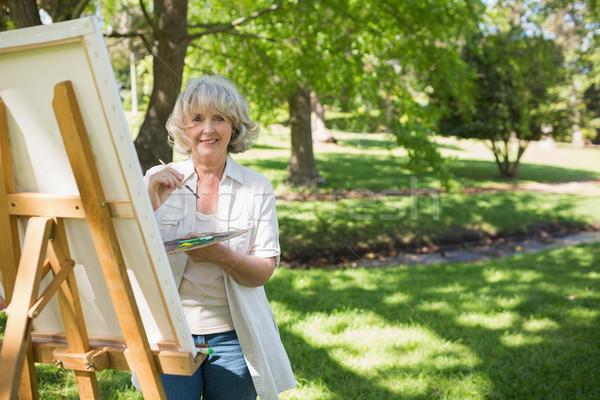 Sonriendo mujer madura pintura parque retrato lienzo Foto stock © wavebreak_media