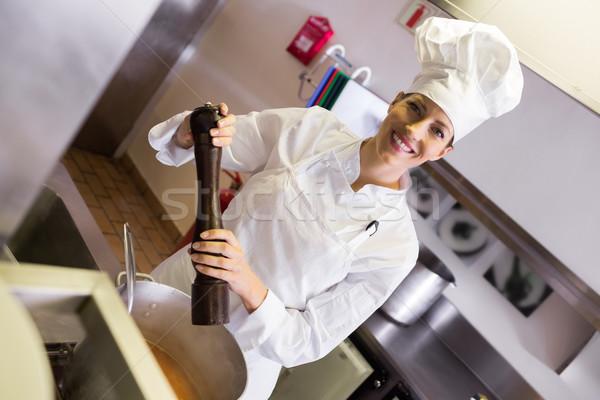 Mosolyog női szakács ételt készít konyha portré Stock fotó © wavebreak_media