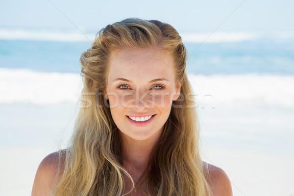 Mooie zorgeloos blond glimlachend camera strand Stockfoto © wavebreak_media