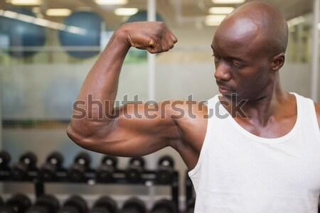 Bustul gol muscular om sală de gimnastică Imagine de stoc © wavebreak_media