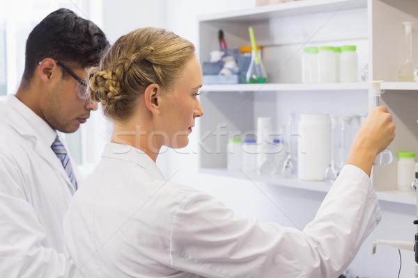 Zagęszczony naukowcy patrząc zlewka laboratorium kobieta Zdjęcia stock © wavebreak_media