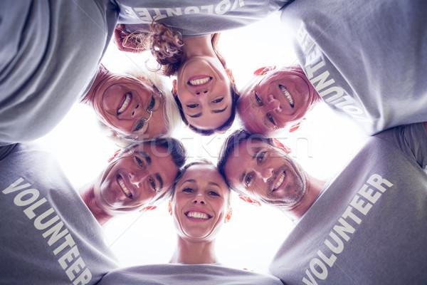 Photo stock: Heureux · volontaire · famille · regardant · vers · le · bas · caméra