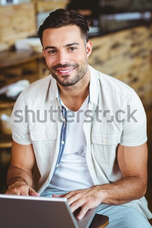 Glimlachend man telefoon koffie buiten coffeeshop Stockfoto © wavebreak_media