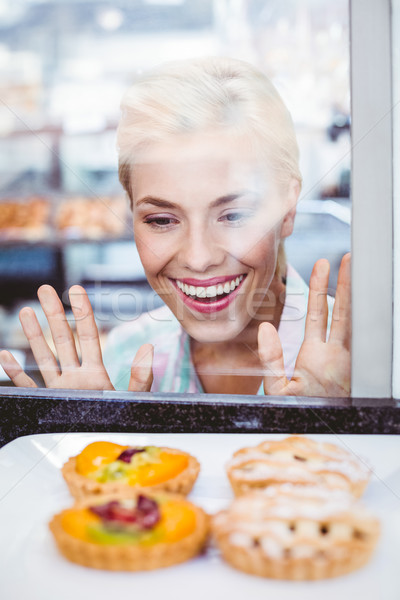 недоуменный красивая женщина глядя фрукты пирог стекла Сток-фото © wavebreak_media