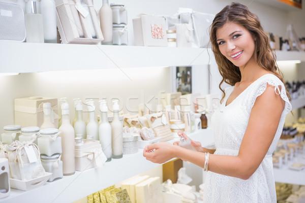 Retrato sorrindo teste perfume salão de beleza feliz Foto stock © wavebreak_media