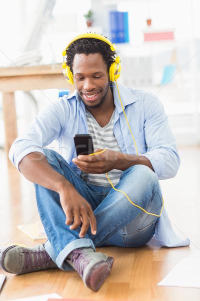 Fiatal kreatív üzletember küldés szöveges üzenet mosolyog Stock fotó © wavebreak_media