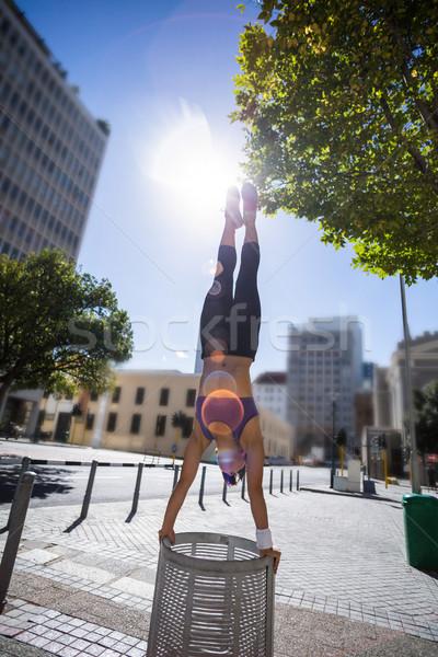 спортивный женщину стойка на руках город Сток-фото © wavebreak_media
