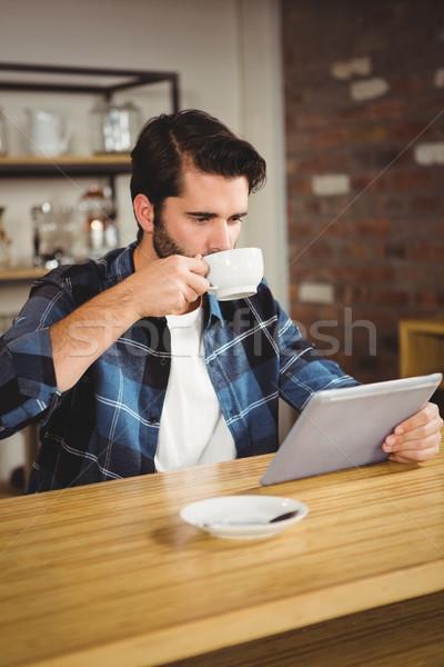 Jonge man beker koffie tablet cafe gelukkig Stockfoto © wavebreak_media