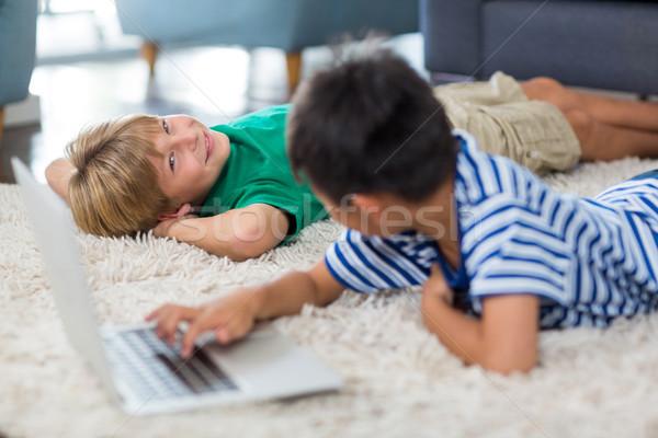 Testvérek egyéb laptopot használ nappali számítógép boldog Stock fotó © wavebreak_media