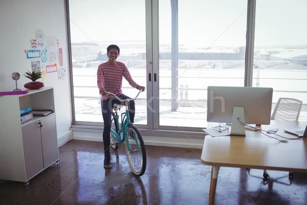 Foto stock: Sorridente · empresária · equitação · bicicleta · criador · escritório