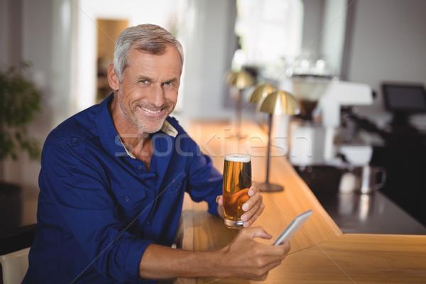 Portré érett férfi mobiltelefon sör étterem üzlet Stock fotó © wavebreak_media