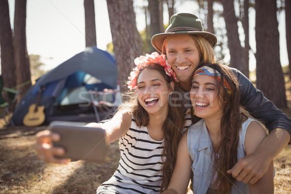 Boldog barátok kempingezés erdő napos idő nő Stock fotó © wavebreak_media