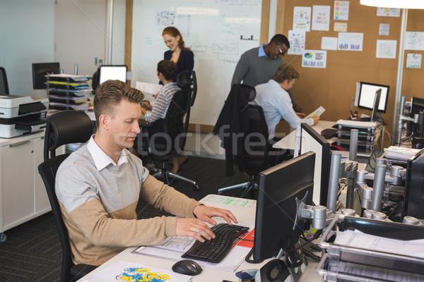 бизнесмен набрав клавиатура коллеги рабочих служба Сток-фото © wavebreak_media