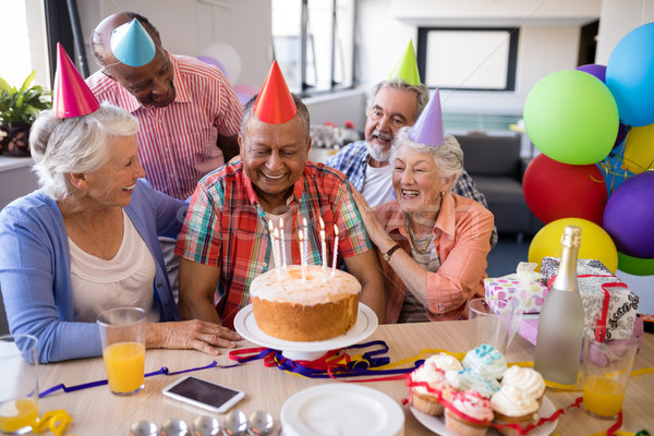 Vrolijk vrienden naar senior man verjaardagsfeest Stockfoto © wavebreak_media