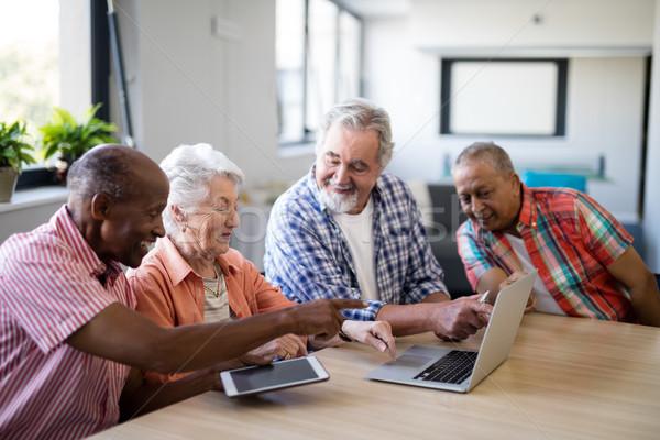 Gelukkig senior mannen vrouw met behulp van laptop vergadering Stockfoto © wavebreak_media