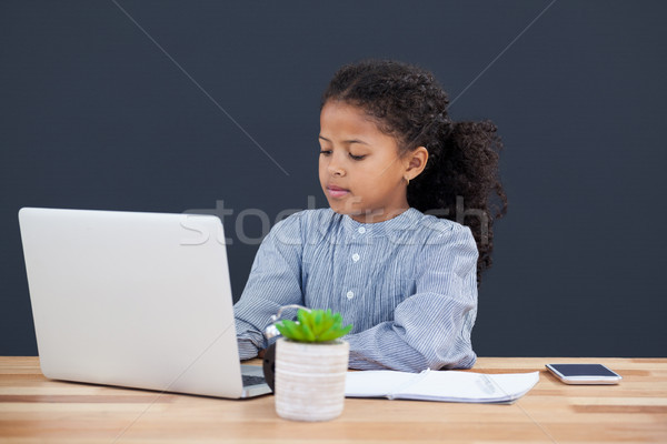 üzletasszony göndör haj laptopot használ számítógép asztal fekete Stock fotó © wavebreak_media