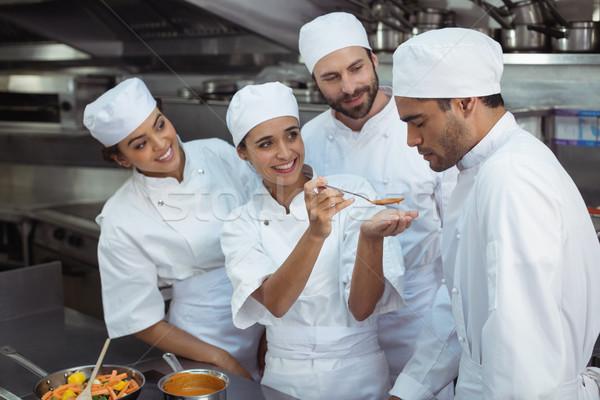 Chef degustação comida colega cozinha restaurante Foto stock © wavebreak_media