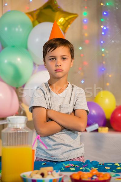 Cute nino pie los brazos cruzados fiesta de cumpleaños retrato Foto stock © wavebreak_media