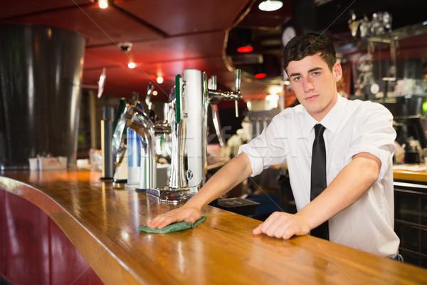 Masculina barman limpieza bar contra retrato Foto stock © wavebreak_media