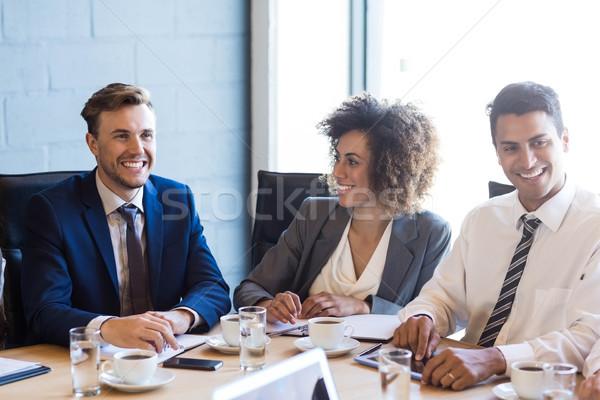 üzletemberek megbeszélés konferenciaterem iroda üzlet férfi Stock fotó © wavebreak_media