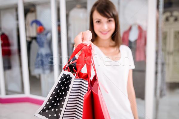 Portré nő mutat bevásárlótáskák bevásárlóközpont divat Stock fotó © wavebreak_media