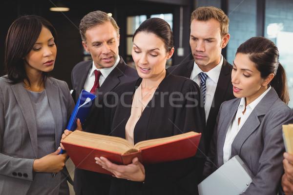 ügyvéd olvas törvény könyv üzletemberek iroda Stock fotó © wavebreak_media
