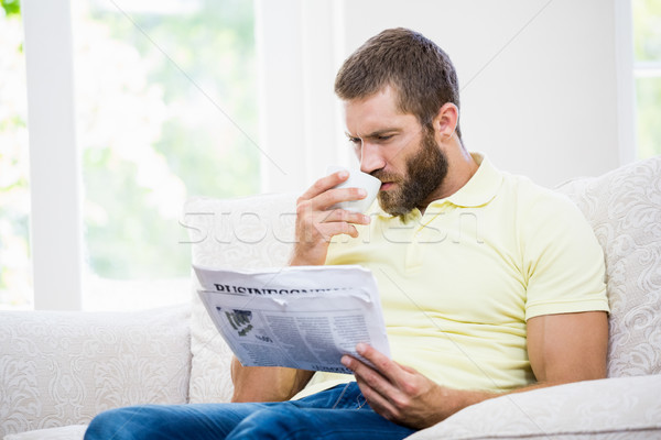 Homem leitura jornal café sala de estar casa Foto stock © wavebreak_media