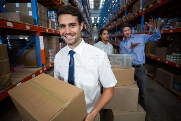 Fókusz menedzser tart kartondoboz mosolyog raktár Stock fotó © wavebreak_media